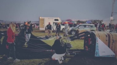 Crew setting up ropes in air balloon — Stock Video