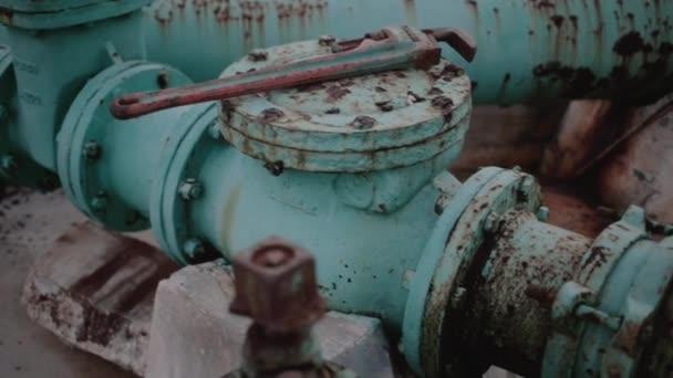 Grandes tubos de un sistema de bombeo — Vídeo de stock