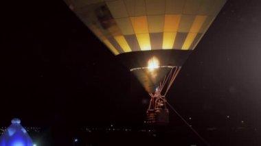 Romantic travel in hot air ballon — Stock Video