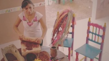 Indigenous woman grind cacao — Stock Video