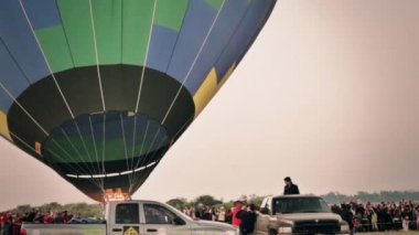 Crew transporting hot air balloon — Stock Video