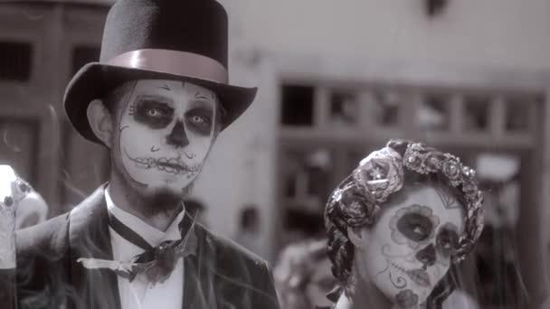 couple habill avec le maquillage du cr ne mexicain vid o mclein 72127631. Black Bedroom Furniture Sets. Home Design Ideas