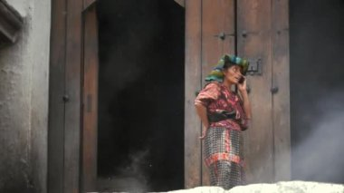 Woman talking with cellphone — Stock Video