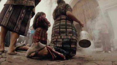 Mayan women on the atrium of the church — Stock Video