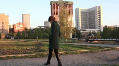 屋外歩行の女性 — ストックビデオ