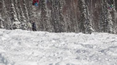 Skiers on the lift climb the mountain — Stock Video