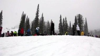 Crowd of people on ski resort — Stock Video