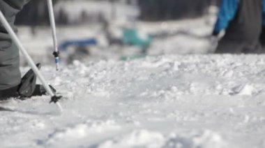 Snowboarders en skiërs rijden op de helling — Stockvideo