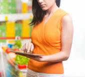 Woman using tablet at store — Stock Photo