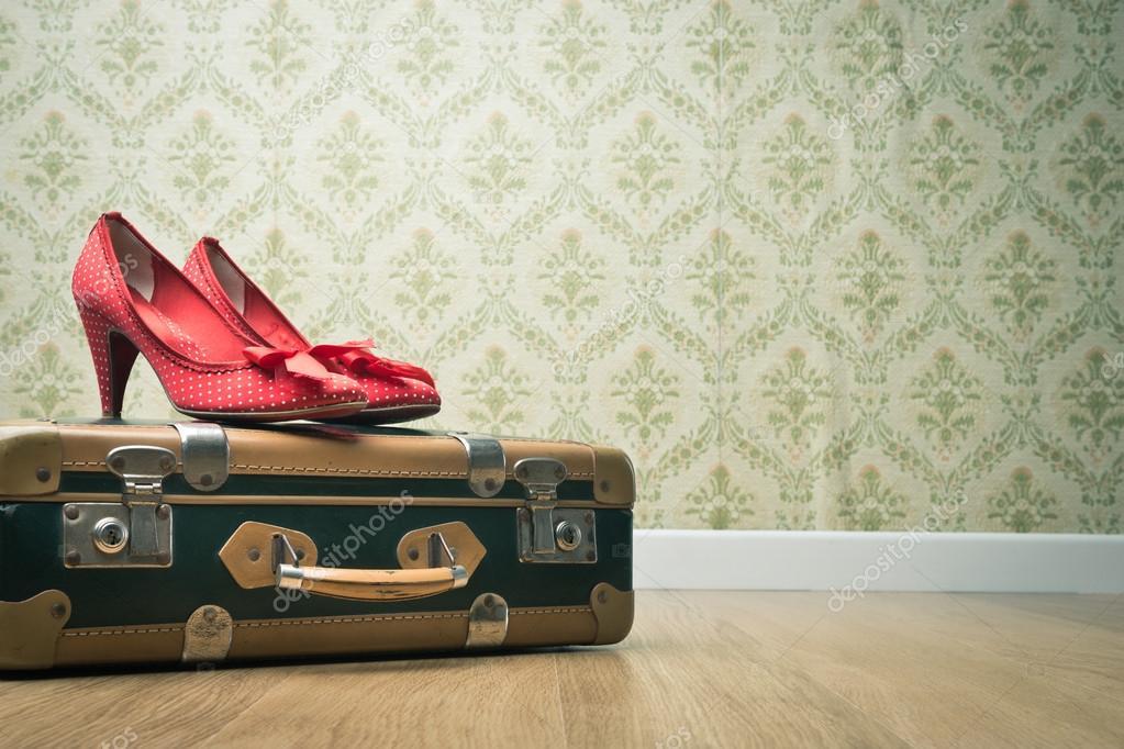 vintage koffer en rode schoenen stockfoto 51822047. Black Bedroom Furniture Sets. Home Design Ideas