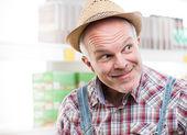 Agricultor engraçado no supermercado — Fotografia Stock