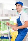 Försäljning kontorist på jobbet på en stege — Stockfoto
