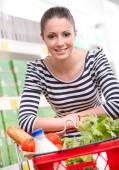 Attraktiv kvinna shopping i butik — Stockfoto