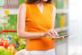 Mulher usando tablet na loja — Fotografia Stock