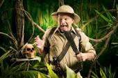 Adventurer finding a skull — Stock Photo