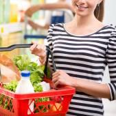 Atrakcyjna kobieta zakupy w sklepie — Zdjęcie stockowe