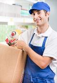 Urzędnik sprzedaży z kartonu — Zdjęcie stockowe