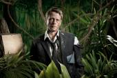 Lost scared businessman in jungle — Stockfoto