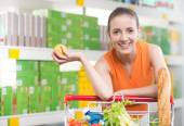 Woman buying fruit at store — Stock Photo