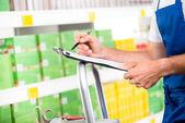 Impiegato del supermercato al lavoro — Foto Stock
