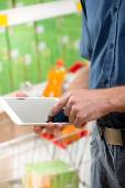 Man using digital tablet at supermarket — Foto Stock