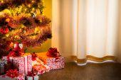 Christmas tree and gifts on floor — Stockfoto