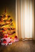 Albero di Natale e regali sul pavimento. — Foto Stock