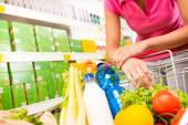 Carrello completo al supermercato — Foto de Stock