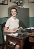 Segretario digitando sulla macchina da scrivere vintage — Foto Stock
