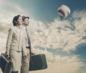 Couple walking and holding suitcases — Stockfoto