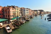 Landscape of Venice with gondolas and tourists — Stock Photo