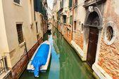 Boten in Venetië canal — Stockfoto
