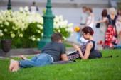 Dziewczyna i młody mężczyzna odpoczynek na trawniku — Zdjęcie stockowe