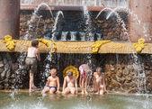 Children bathing near a fountain — Stockfoto