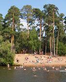 People bathing in Moskva River at Serebryany Bor Park — Stock Photo