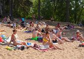 People sunbathing in Moskva river beach at Serebryany Bor — Stock Photo