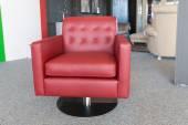 магазин салон современной мебели с роскоши красное кожаное кресло — Стоковое фото