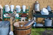 传统的荷兰农民用具和一个洗衣盆 — 图库照片