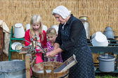 Farmer woman shows the use of a traditional washhub during a Dutch agricultural festiva — Stock Photo