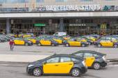 Travelers and taxis waiting in front of the railway station Barcelona-Sants in Barcelona, Spain — Stock Photo