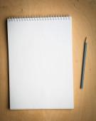 Notebook com pencile em um de madeira — Fotografia Stock