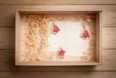 деревянная коробка с рождественские украшения — Стоковое фото