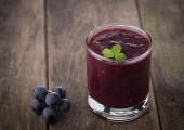 Vaso de batido de zumo de uva en madera — Foto de Stock