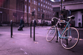 Old bycicle on the steet of citty — Stock Photo