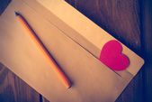 Symbolic heart of cardboard inserted into the envelope. Valentin — Stock Photo