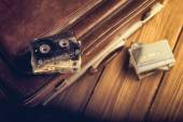 Kaseta magnetofonowa leżącego na stare walizki. Vintage retusz — Zdjęcie stockowe