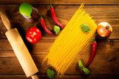 Ingredience pro špagety na dřevěný stůl — Stock fotografie