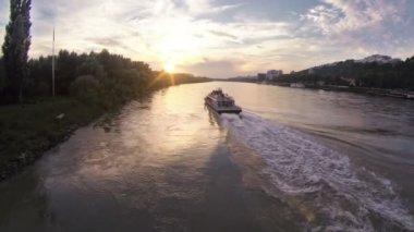 La nave en el río — Vídeo de Stock