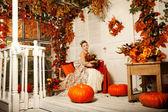 Jeune femme en robe vintage sur porche en automne. fille de beauté en fa — Photo