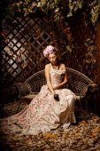 Retro woman. Girl in vintage style with flowers in hairstyle — Stok fotoğraf